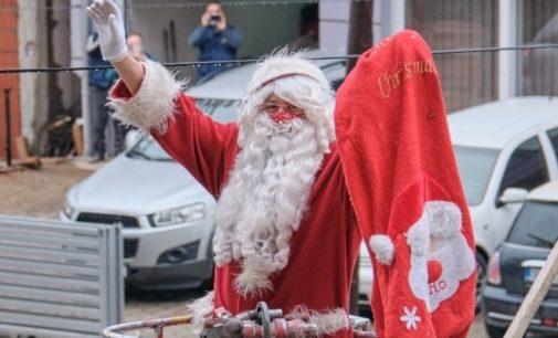 ФОТО: Пожарникари го донесоа Дедо Мраз на детската kлиниka во Скопје