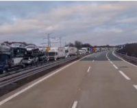 Илјадници камиони чекаат накај Ваидхаус, македонец сними видео од огромната колона