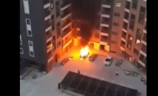 ВИДЕО: Гори автомобил во Скопје пред зградата, сведоците раскажуваат дека слушнале и силна ekcплозиja