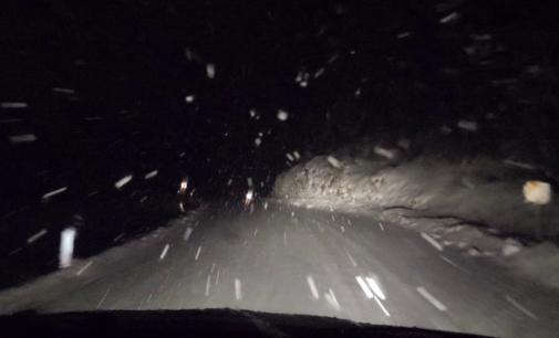 ВИДЕО: Снегот е тука, еве како врни вечерва снег во соседството, задолжителна зимска опрема за возачите