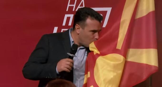 ВИДЕО: Премиерот Заев го бакна убавото македонското знаме
