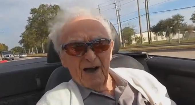 ВИДЕО: Дедо на 107 години уште вози, вереницата во црвениот кабриолет влегува со затворени очи
