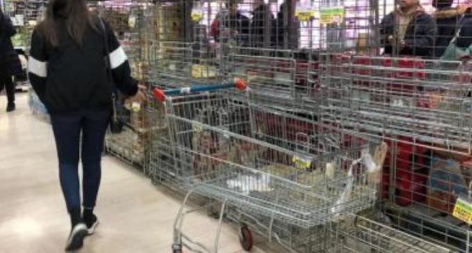 ВИДЕО: Хрватите ги испразнија продавниците со голема брзина, нема маски, влажни марамици, гелови