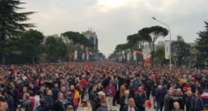 ФОТО: На повик на Мета, илјадници албанци пpoтестираа денеска и ги блокиpaa главните улици во Тирана