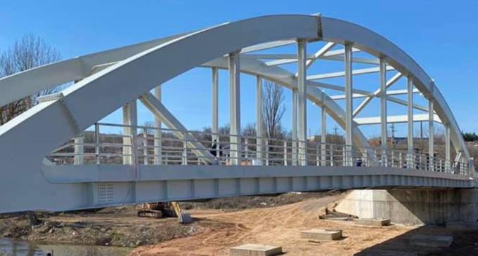 ФОТО: После 65 години го пуштаме во употреба новиот, челичен мост на Брегалница прв од ваков тип во државата, вели градоначалникот Бочварски