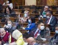 ФОТО: Пратениците во Србија со фулл опрема во собрание на правата седница во вонредна состојба
