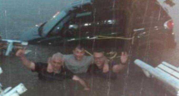 До пола во вода и насмеани, фотографија од невремето во Белград го обиколи светот