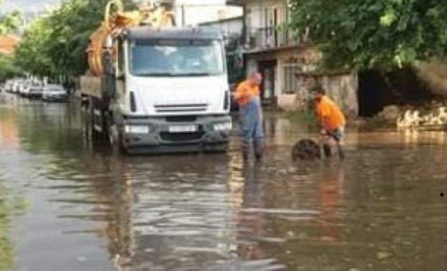 ФОТО: Во Струмица поплавена улица, дождот си го стори своето