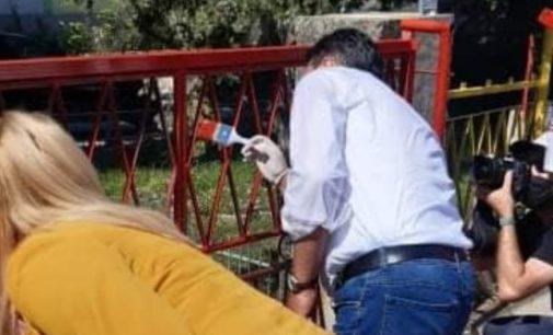 ФОТО: Заев зеде четка во рака и започна да фарба ограда во Василево