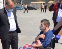 Секоја чест, Филипче прекина прес за да му помогне на човек во количка кој беше донесен од новинар