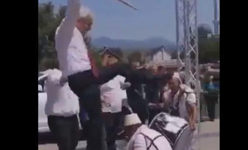 ФОТО: Аxмети се качи на тапан на свадба во родниот Зајас, го водеше и орото со знаме во раката