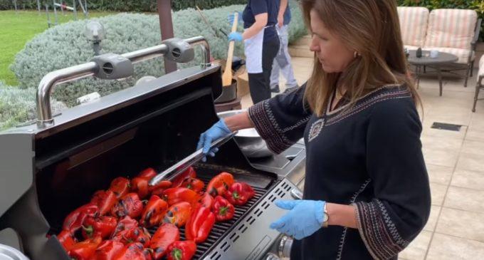 ВИДЕО: Еве како прави ајвар американската амбасадорка во Македонија, печи, лупи, пржи, полни тегли